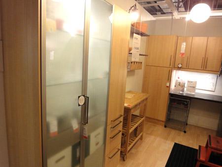 スタイリッシュな食器棚