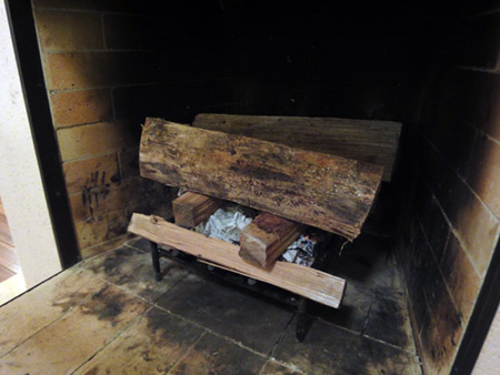 だんろに薪の櫓を設置