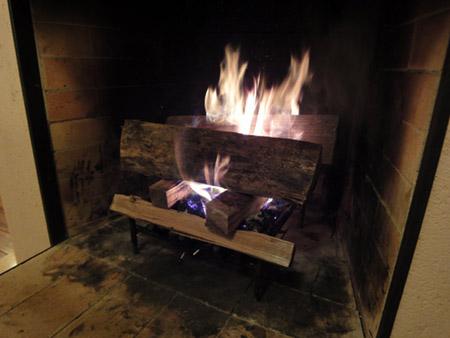 暖炉の薪に着火する