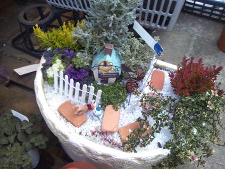雪の積もる森の中の家を表現した鉢植え