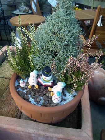 雪だるまの読書会を表現した鉢植え