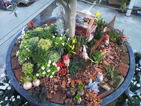 小人の住む家を表現した鉢植え