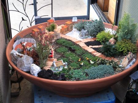 雰囲気のある町並みを再現したジオラマ風鉢植え