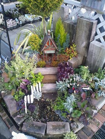 グリーンに囲まれたお家を表現した花壇