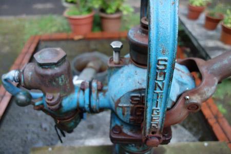 サイバーショットDSC-RX100で水汲みのポンプを撮影