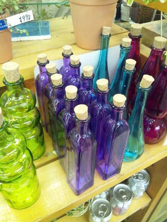 いろいろな形の色ガラス瓶