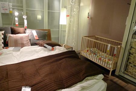寝室にベビーベッドも併設