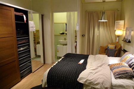 マスターバスルームのあるおしゃれな主寝室