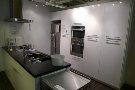 徹底した白黒カラーのキッチン