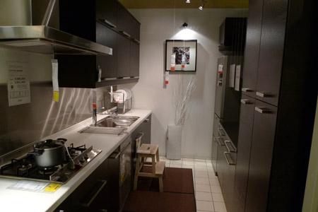 白と黒の高級感のあるイケアのモノトーンキッチン