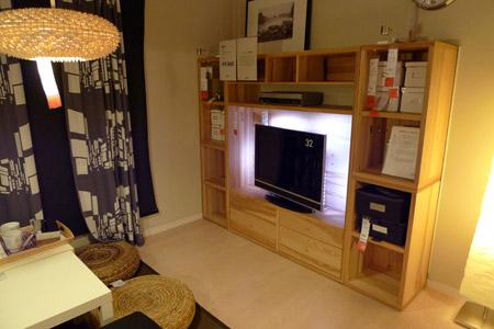 木目がデザインとして使われている壁面テレビ台TRABY