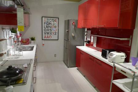 シャープでおしゃれなイケアの赤いキッチン