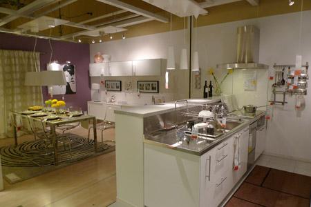 白を主体としたスタイリッシュなダイニングキッチンコーディネート