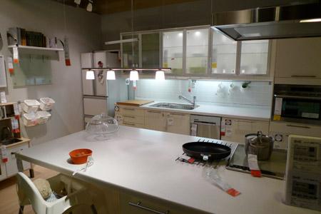 白一色のクリーンなキッチンコーディネート