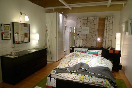簡素なミニ書斎のある技ありベッドルーム