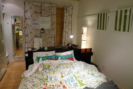 落ち着いたベッドと対照的なビビットなカバー
