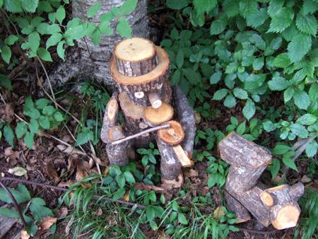 天然木で作ったバイオリン弾きとリス