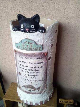 黒猫が縁から覗く傘立て