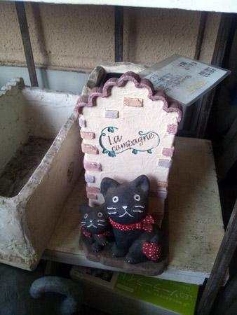 2匹の黒猫が並ぶ傘立て