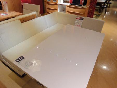 コーナーソファと昇降式テーブルの大きなダイニングセット
