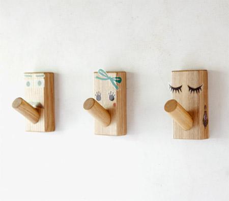 フックに顔をつけた無印の壁に付けられる家具