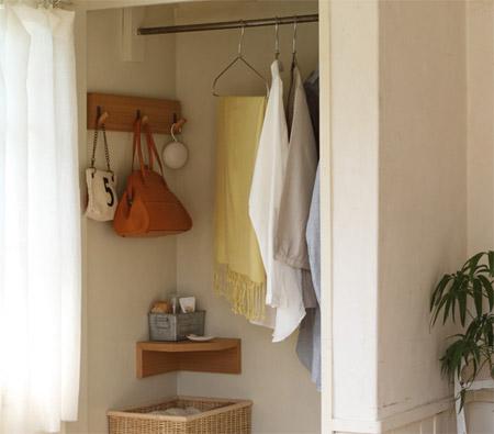 壁に付けられる家具の3連ハンガーをウォークインクローゼットに