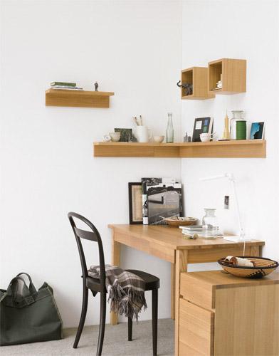 壁に付けられる家具の棚でデスクを便利に