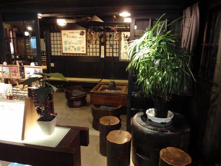 休憩所に囲炉裏のある舩坂酒造店