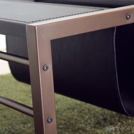 リビングテーブルの脚部はスチール製