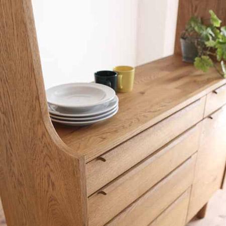 オークの無垢材を主に使用している食器棚